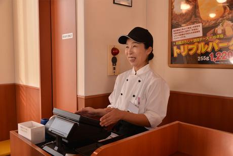 カウンター越しにお客様の笑顔が見れる!一つ一つ店で仕込みをしていますハンバーグ&ステーキレストラン